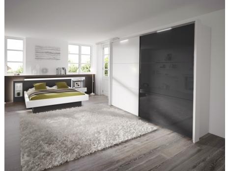 chambre blanche et grise sur mesure avec lit et armoire. Black Bedroom Furniture Sets. Home Design Ideas