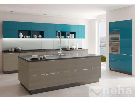 Cuisine sur mesure avec façade laqué bleu pétrol et bois taupe