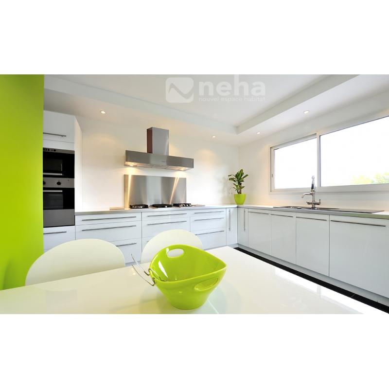 Cuisine laqu blanche minimaliste et pur e avec une touche de vert - Cuisine minimaliste ...