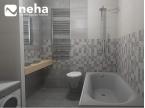 Salle de bain avec carrelage et faience gris