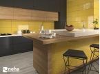 Cuisine avec mur et crédence jaune brillant