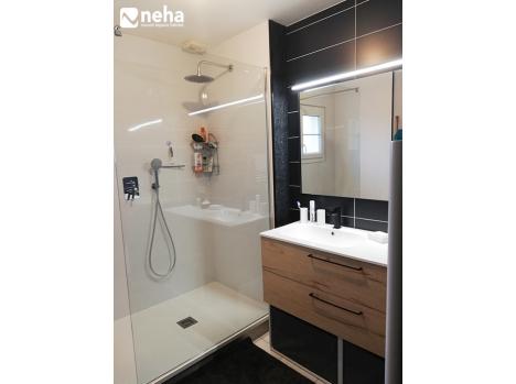 Salle de bain noire, blanche et bois